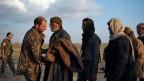 In der Nähe von Baghouz, Ostsyrien wird ein Mann untersucht, nachdem er aus dem letzten von Kämpfern des Islamischen Staates besetzten Territorium evakuiert wurde.