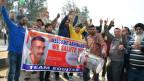 Menschen warten auf den gefangen genommenen indischen Piloten an der Grenze zwischen Indien und Pakistan.