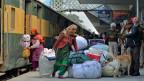 Reisende des Samjhauta-Expresses aus Pakistan bei ihrer Ankunft in Indien.