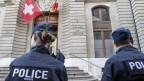 Polizisten stehen Wache vor dem Gerichtsgebäude in Genf.