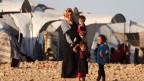 Eine Frau und ihre Kinder in einem Flüchtlingscamp in Ain Issa, Syrien. Symbolbild.