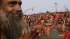 An Spitzentagen kommen 10 Millionen Menschen an die Ufer der Kumbh Mela, wo der Ganges und Yamuna zusammenfliessen.