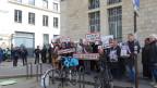 Bauern demonstrieren am Boulevard des Invalides in Paris an der Ecke zur Rue de Varenne, wo Frankreichs Landwirtschaftsministerium sitzt.