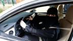 Eine Frau in Saudi Arabien nimmt Fahrstunden.