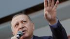 Erdogan spricht in ein Mikrofon