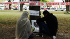 Menschen besuchen eine Gedenkstätte für die Opfer der Schiesserei vor der Moschee Masjid Al Noor in Christchurch, Neuseeland.