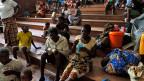 Familien, die in Mosambik nach dem Wirbelsturm Idai obdachlos geworden sind bekommen in einer Kirche zu essen.