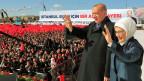 Der türkische Präsident Recep Tayyip Erdogan und seine Frau Emine Erdogan an einer Wahlkampfveranstaltung in Istambul.