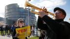 Demonstranten vor dem EU-Parlament in Strassburg für eine Änderung der EU-Urheberrechtsreformen.