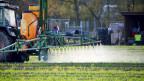 Einsatz von Pflanzenschutzmitteln auf einem Feld in Hamburg, Deutschland.