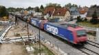 Güterzug auf der Rheintalroute in Rastatt, Deutschland.