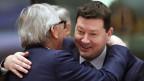 Generalsekretär der EU-Kommission Martin Selmayr (rechts), begrüsst EU-Präsident Jean-Claude Juncker.