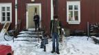 Juha Järvinen mit einem seiner Söhne. Er hat während zweier Jahre ein Grundeinkommen erhalten. Die finnische Regierung hat eine erste Bilanz des Versuches gezogen.