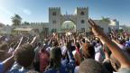 Demonstranten fordern in Hauptquartier in der sudanesischen Hauptstadt Khartum den Rücktritt des Präsidenten Omar al-Bashir.