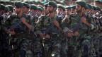 Mitglieder der Revolutionsgarden während einer Militärparade in Teheran. Archivbild.