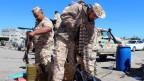 Milizen bereiten ihre Waffen und Munition vor, um die Hauptstadt in Tripolis zu verteidigen.