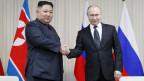 Der russische Präsident Wladimir Putin schüttelt dem nordkoreanischen Staatschef Kim Jong-un beim Treffen an der Far East Federal University auf der Russky Island in Wladiwostok.