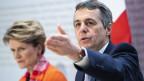 Bundesrat Ignazio Cassis (rechts) spricht an der Seite von Staatssekretärin Marie-Gabrielle Ineichen-Fleisch, Direktorin SECO, über die internationale Zusammenarbeit der Schweiz 2021-2024.