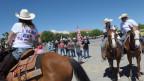 Rund 200 «Cowboys for Trump» reiten in Las Cruces zum Protest gegen die Migranten auf.