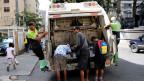 Kinder suchen nach Essen in einem Müllwagen in Caracas, Venezuela.