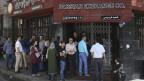 Menschenschlange vor einer Wechselstube in Teheran.