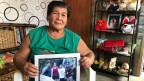 Reisbäuerin Ofelia Esdoque glaubt nicht, dass die neue Autonomieregierung Frieden bringen wird. Ofelia zeigt auf das Foto ihres Sohnes. Er wurde 2015 gemeinsam mit weiteren fünf Bauern von einer lokalen islamistischen Gruppierung umgebracht.