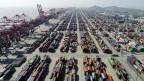 Containerdock im Hafen von Yangshan in Shanghai, Ostchina.
