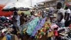 Kleider-Markt in Yaounde, Kamerun.
