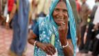 Eine Frau zeigt vor einem Wahllokal in Kachanar, Indien, ihren Finger mit einem unauslöschlichen Tintenfleck. Der Anteil der wählenden Frauen war so gross wie noch nie.
