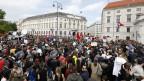 Leute demonstrieren vor dem Bundeskanzleramt in Wien, Österreich, am 18. Mai 2019.