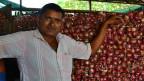 Sanjay Sathe lagert Zwiebeln, weil er hofft, nächsten Monat einen besseren Preis für sie auf dem Markt zu ergattern.