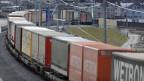 Güterzüge auf dem Weg zum Gotthard-Basistunnel in Erstfeld, Kanton Uri.