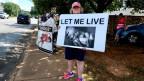 Leute demonstrieren vor einer Abtreibungsklinik in Huntsville, Alabama (USA).