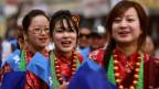 Junge Frauen in traditioneller Kleidung in Nepal. Symbolbild.