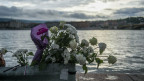 Blumen am Ufer der Donau, um den Opfern des gekenterten Bootes an der Margaretenbrücke in Budapest, Ungarn, zu gedenken.
