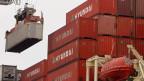 Container von Huawei in einem Hafen von Long Beach, Kalifornien.