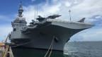 Der Flugzeugträger «Charles de Gaulle» wird im Marinehafen von Singapur bewegt.