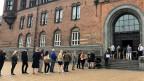 Vor dem  Kopenhagener Rathaus stehen die Wählerinnen und Wähler bereit.