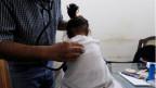Ein zweijähriges HIV-positives Mädchen bei einer Untersuchung in einer Klinik in Ratodero, Pakistan.