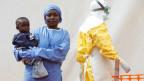 Eine Überlebende der Ebola, die als Betreuer für Babys arbeitet.