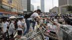 Demonstranten und Demonstrantinnen blockierten am Mittwoch den Zutritt zum Regierungssitz in Hongkong und verzögerten eine Legislatursitzung zu einem geplanten Auslieferungsgesetz.