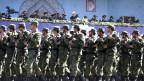Das iranische Militär patroulliert vor Irans Präsident Hassan Rouhani.