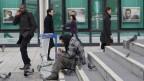 Ein Obdachloser im Geschäftsviertel la Defense in Paris.