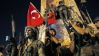 Türkische Soldaten sichern das Gebiet auf dem Taksim-Platz in Istanbul am 16. Juli 2016.