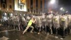 Polizisten halten einen Demonstranten auf bei den Protesten in Tiflis.