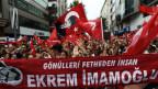 Ein Banner anlässlich der Wahlen des Bürgermeisters von Istanbul. Ekrem Imamoglu, der die Wahlen gewonnen hatte, muss sich einer Wiederwahl stellen.