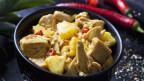 Eine Schüssel vegetarisches Jackfruit-Gulasch.