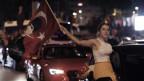Das Bild zeigt eine Unterstützerin von Ekrem Imamoglu beim Autokorso in Istanbul am Sonntagabend nach Imamoglus Wahlsieg.