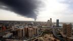 Symbolbild. Die Stadt Tripolis, im Hintergrund Rauch vom Flughafen.