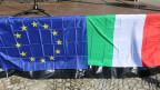 Die Fahnen der EU und Italien.